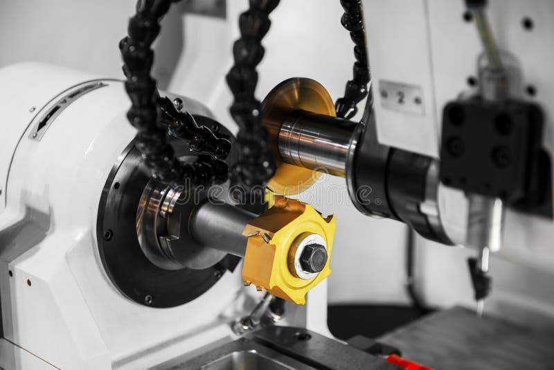 现代工业机器在工厂 免版税库存照片