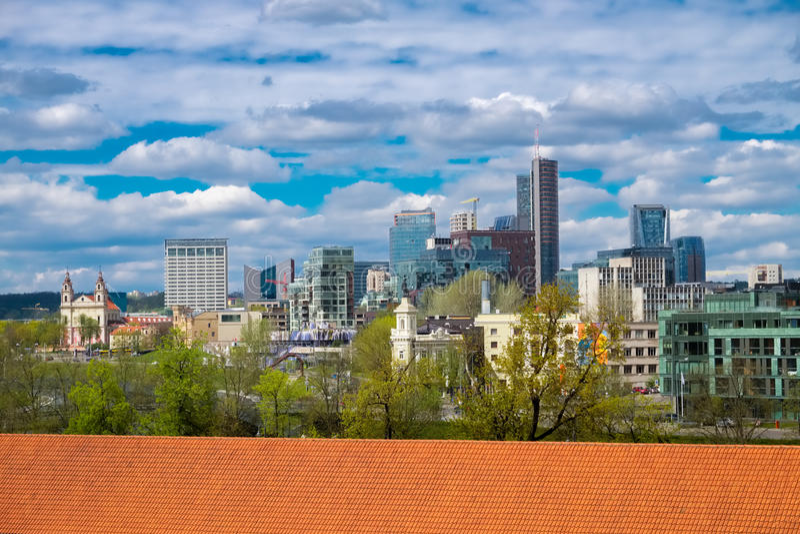 从现代市中心的Gediminas塔的全景 图库摄影
