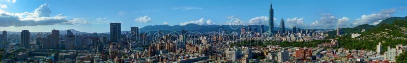 现代市台北,台湾的首都的超级宽全景 库存图片