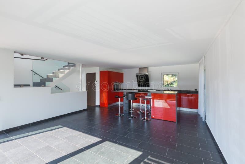 现代房子内部空的厨房,餐厅 免版税库存图片