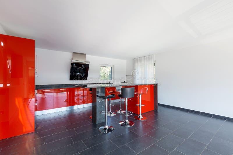 现代房子内部空的厨房,餐厅 库存照片