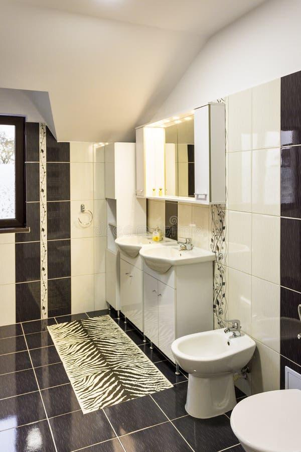 现代房子卫生间内部 免版税图库摄影