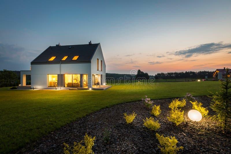 现代房子在晚上 免版税库存照片