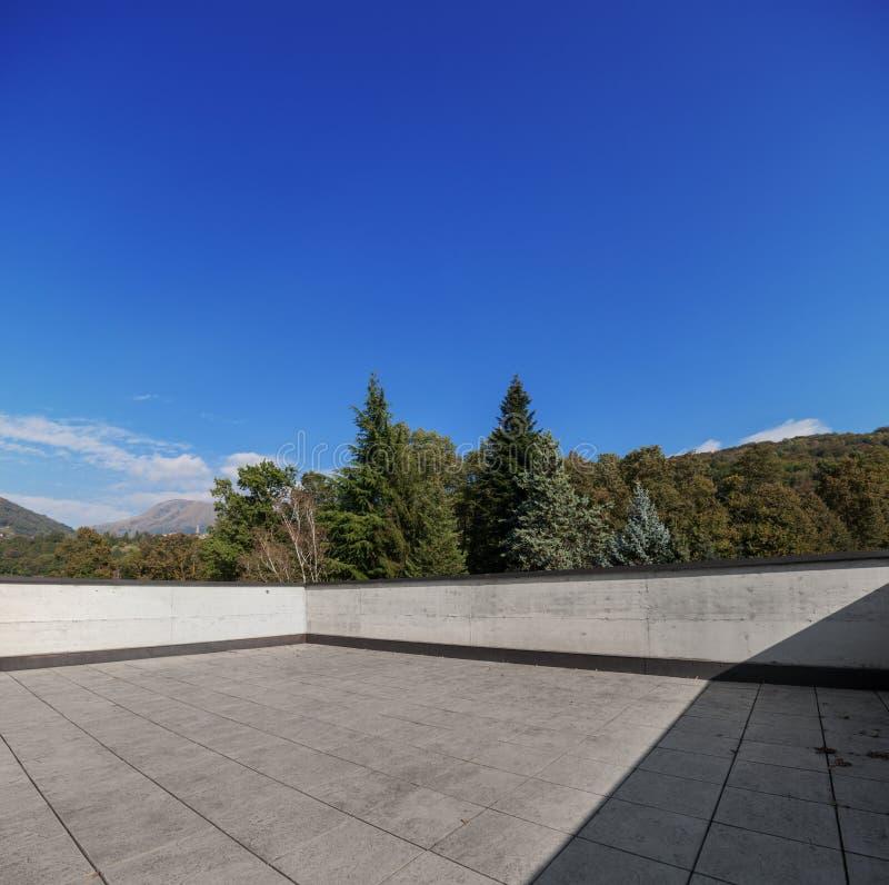 现代房子外部空的屋顶,自然视图 免版税库存照片