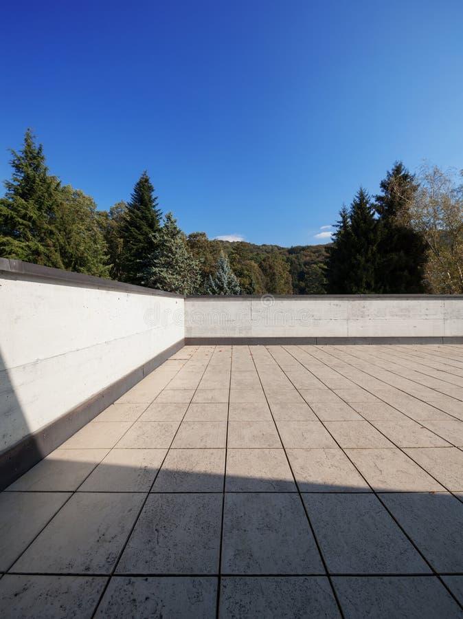现代房子外部空的屋顶,自然视图 图库摄影