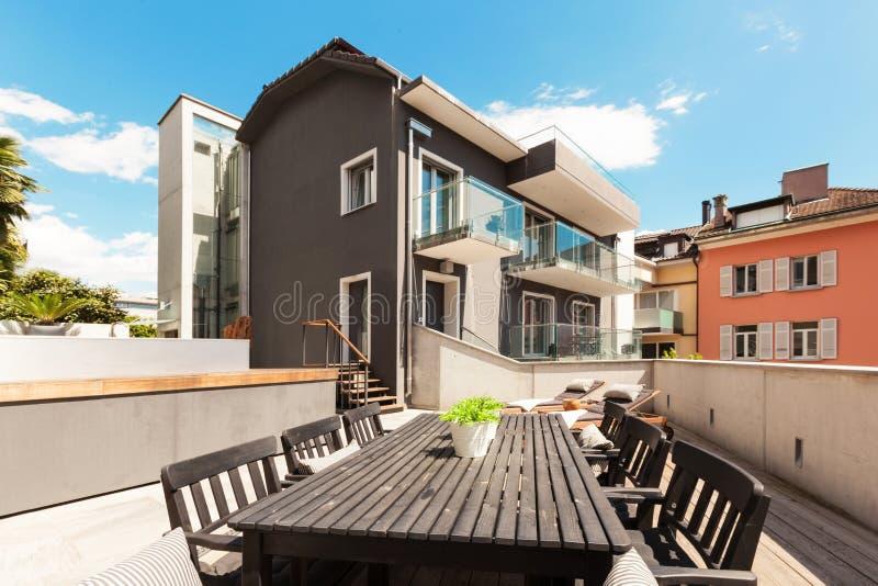 现代房子好的大阳台  免版税图库摄影