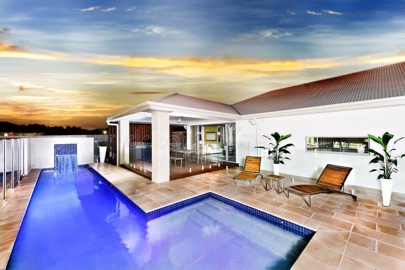 现代房子或旅馆有一个大海游泳池的 免版税图库摄影