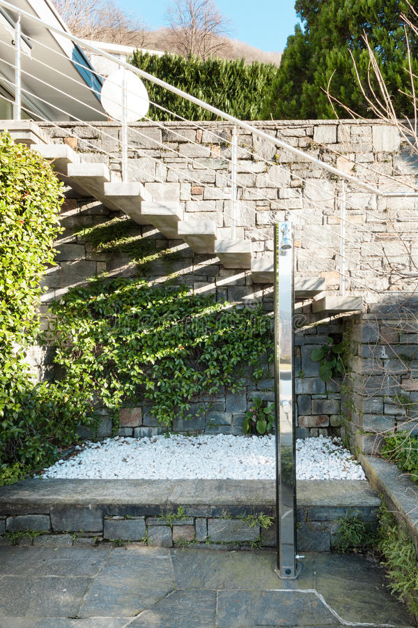 现代房子,阵雨 免版税图库摄影
