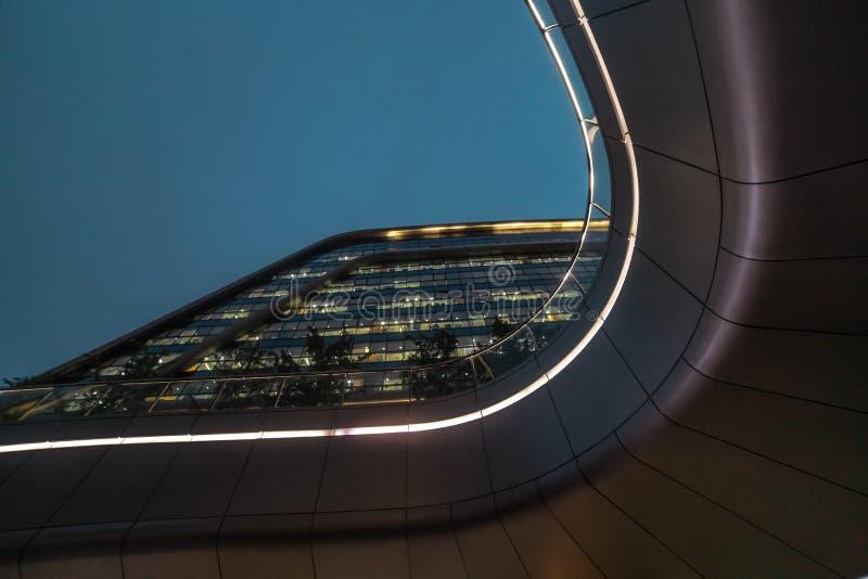 现代抽象修造在夜的建筑学生物形状 营业所 购物办公室购物中心 库存照片