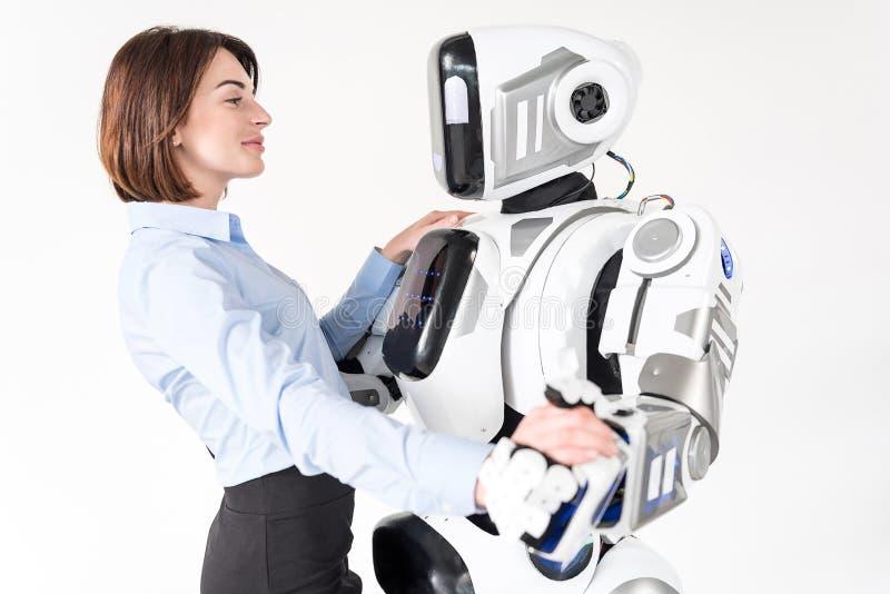 现代拥抱与柔软的靠机械装置维持生命的人和迷人的少妇 免版税库存照片