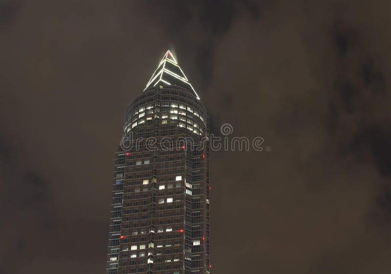 现代摩天大楼夜视图  库存照片