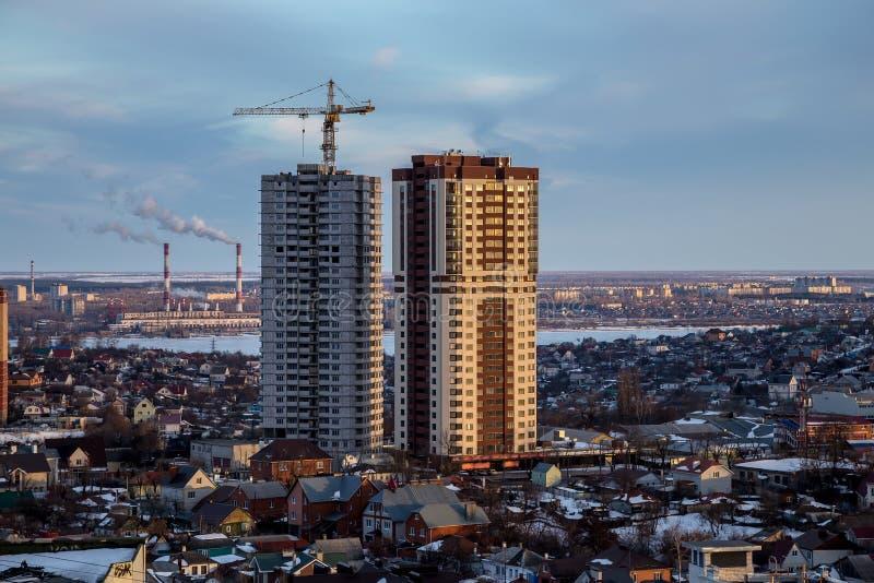 现代摩天大楼的建筑在市的不高区域沃罗涅日 库存照片