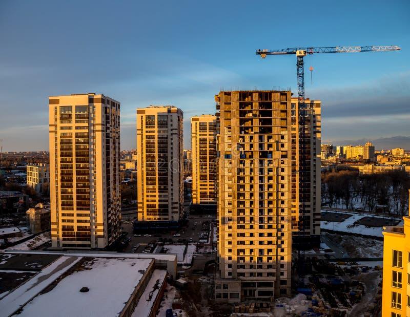 现代摩天大楼的建筑在市的不高区域沃罗涅日 免版税库存照片