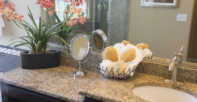 现代时髦的卫生间桌面 免版税库存照片