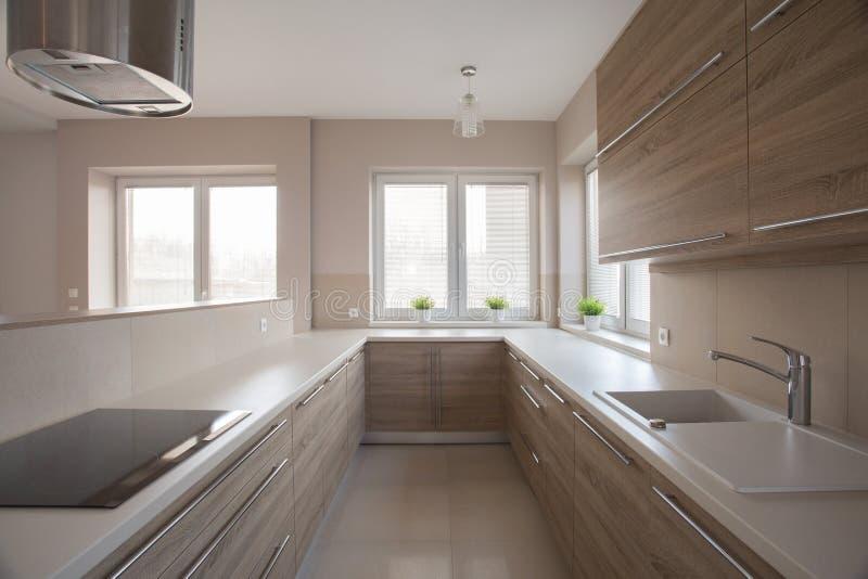 现代明亮的厨房 免版税库存图片