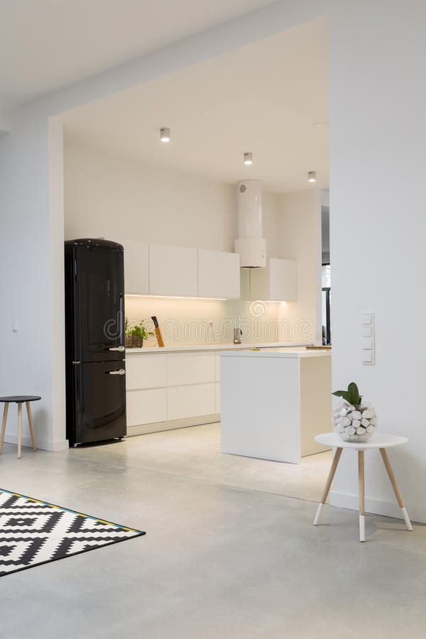 现代最低纲领派厨房在宽敞房子里 免版税库存图片