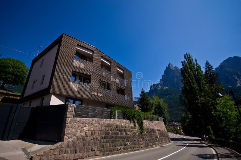 现代木房子在意大利阿尔卑斯 库存图片