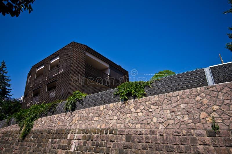 现代木房子在意大利阿尔卑斯 免版税图库摄影