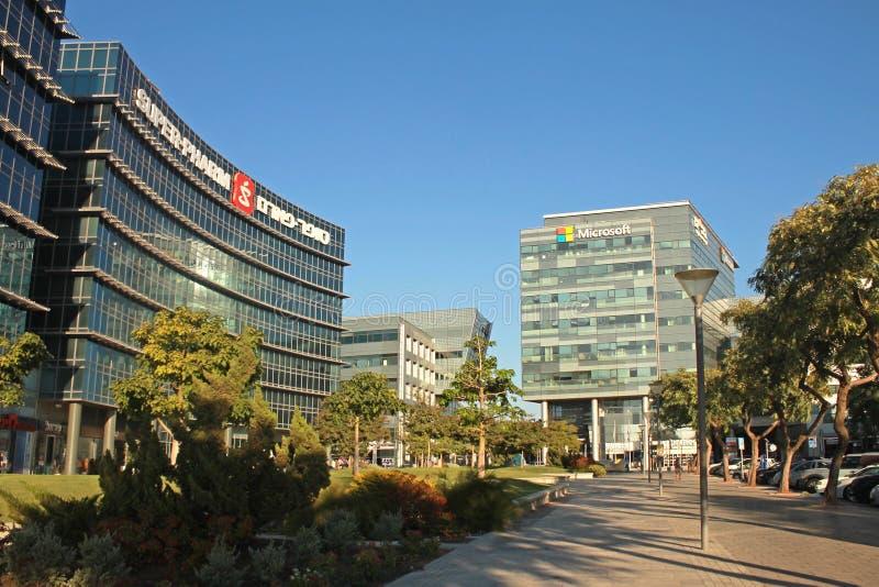 现代未来派建筑学大厦、微软和超Pharm办公室 免版税库存图片
