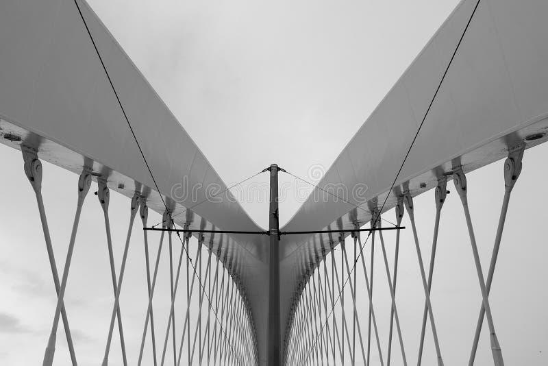 现代结构的详细资料 抽象建筑学背景,黑白 免版税库存图片