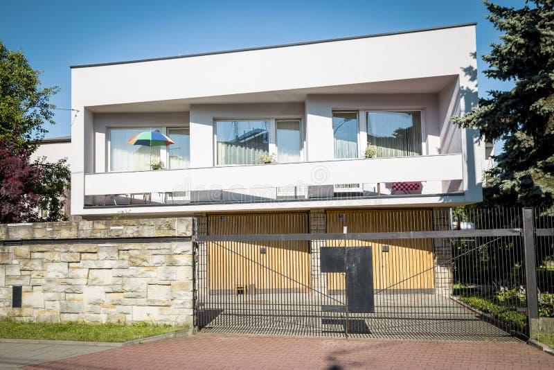 现代样式的半独立式房子 免版税图库摄影