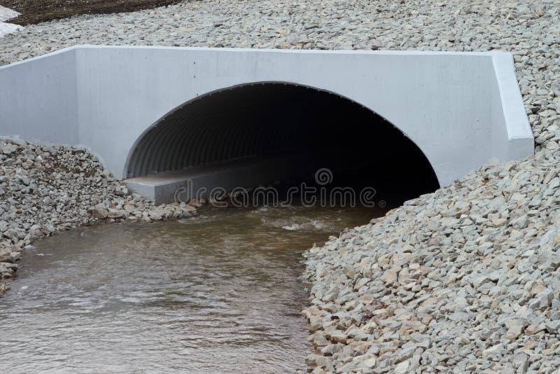 现代灰色具体排水设备溢洪道 图库摄影