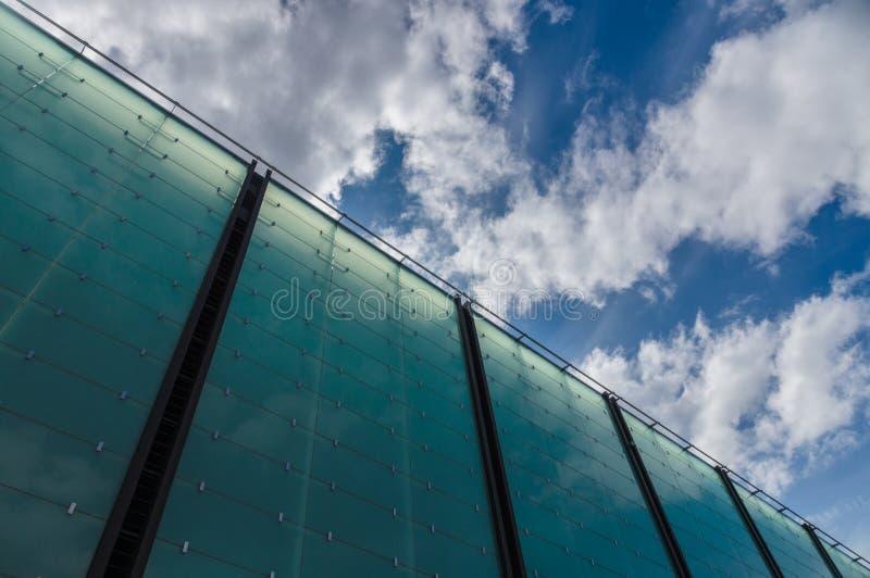 现代玻璃建筑学大厦cloudscape对角线视图 库存照片