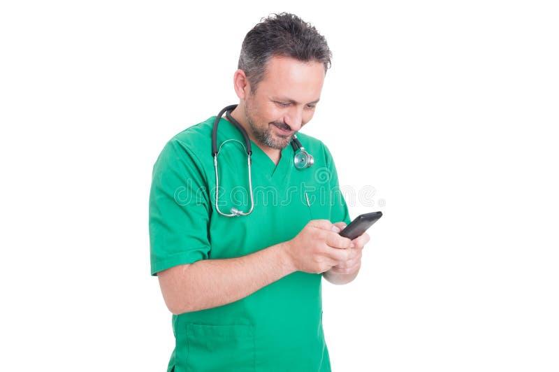 现代医生短信的sms和读在智能手机 库存图片