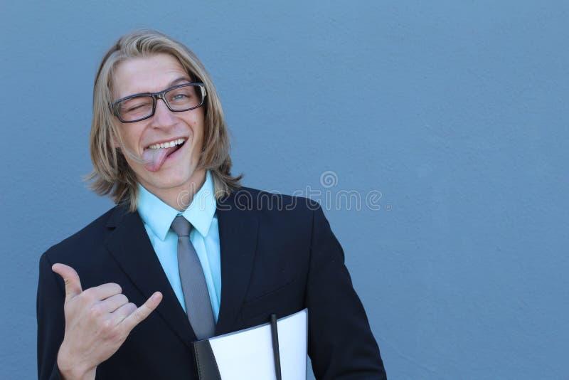 现代年轻男性闪光在伸出他的舌头的衣服和领带穿戴了  免版税库存图片