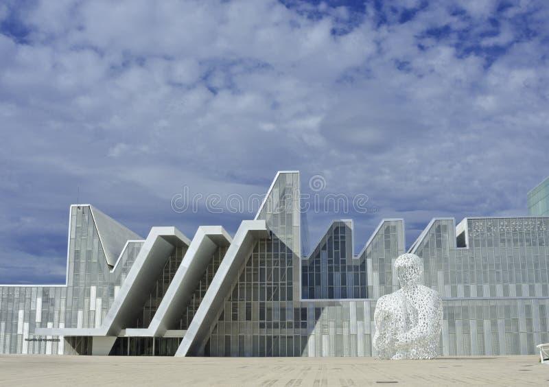 现代白色大厦和雕塑 结构上作为背景是能构成使用 库存照片
