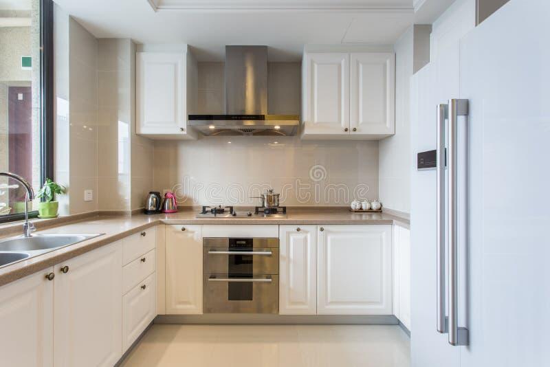 现代白色大厨房 库存照片