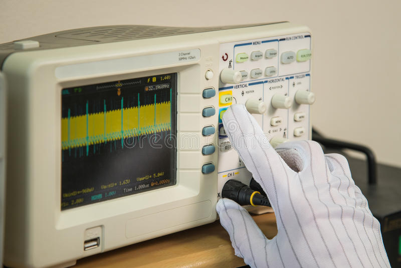 现代示波器,人调整波浪的` s手发信号,特写镜头 免版税库存图片