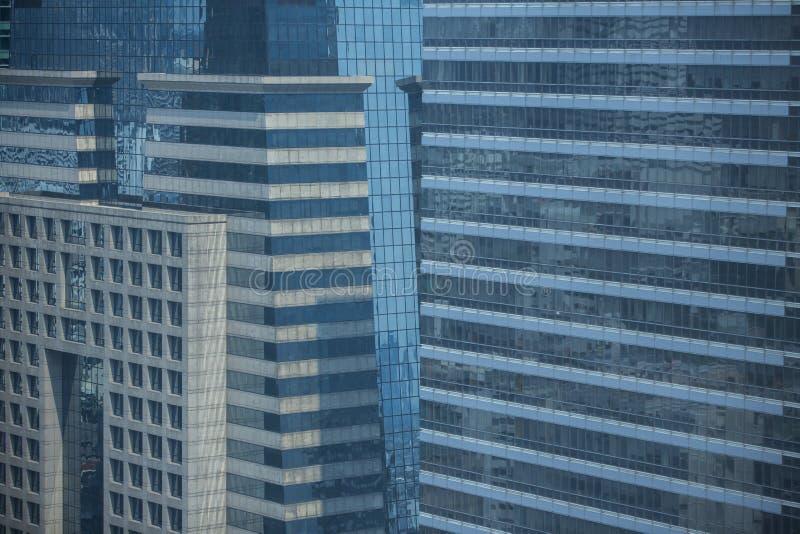 现代建筑学关闭与镜子窗口反射 曼谷 免版税库存图片