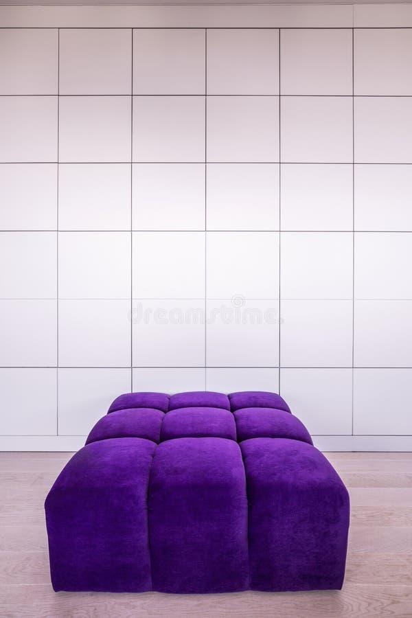 现代紫罗兰色长沙发 库存图片