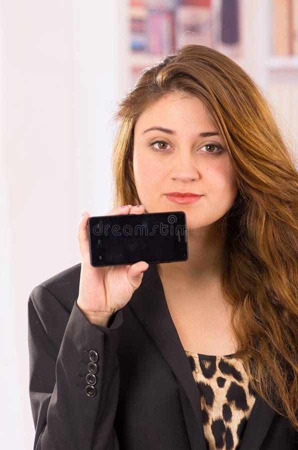 现代美丽的少妇固定的单元电话 免版税库存照片