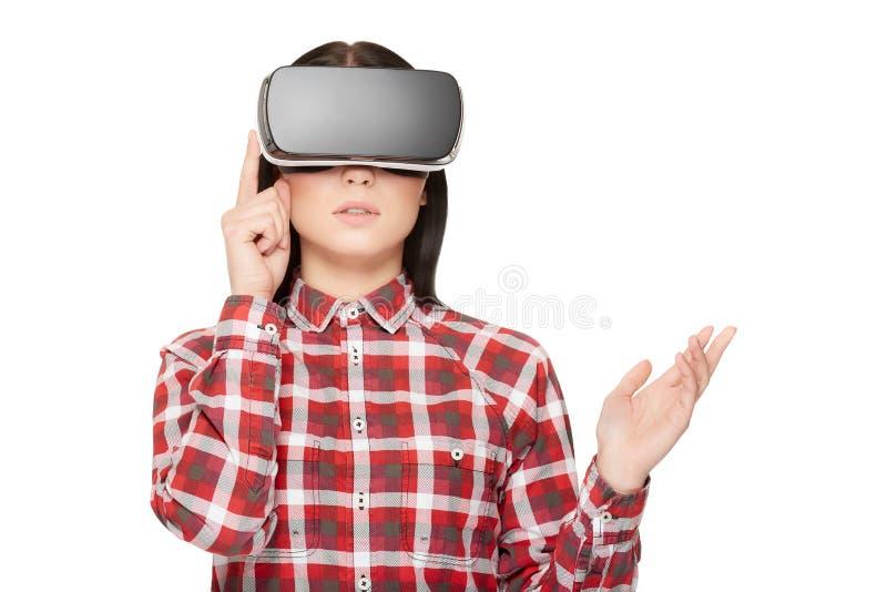 现代耳机按钮和观看的录影的女孩 免版税库存图片