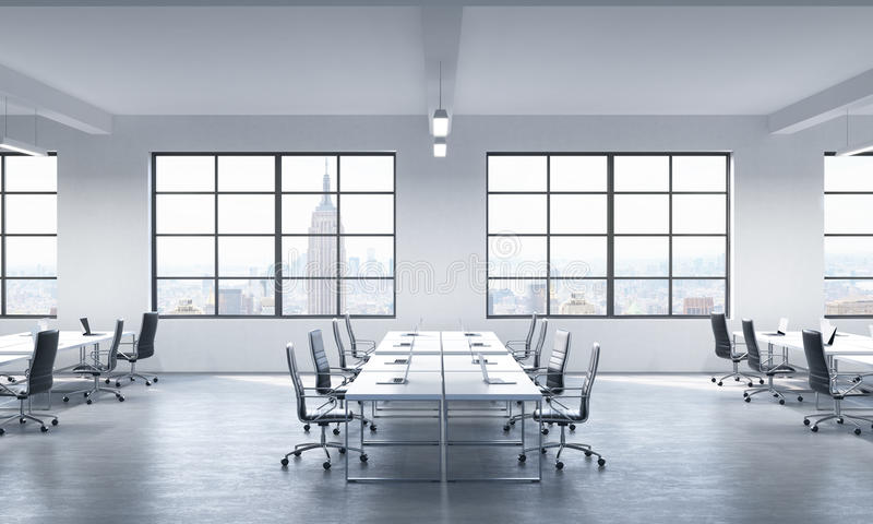 现代膝上型计算机或公司工作场所装备的会议室在一个现代全景办公室在纽约 库存例证