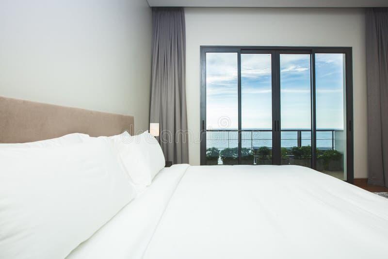 现代舒适,恰好装饰的卧室 免版税图库摄影