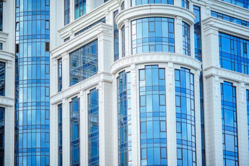 现代蓝色办公楼的片段与窗口的 库存图片