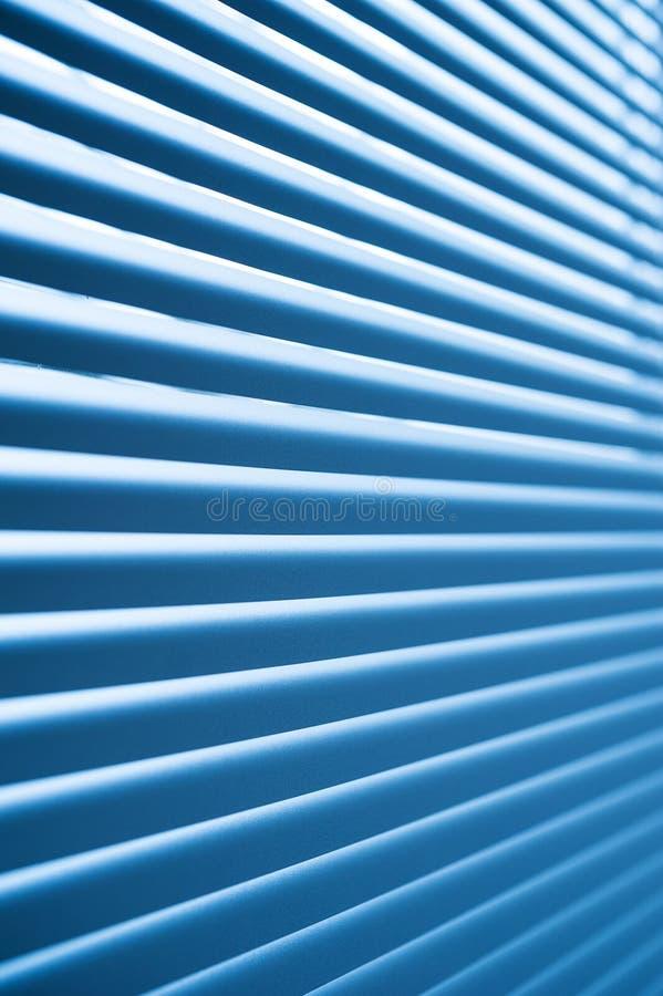 现代蓝色塑料快门窗帘在屋子里 库存照片