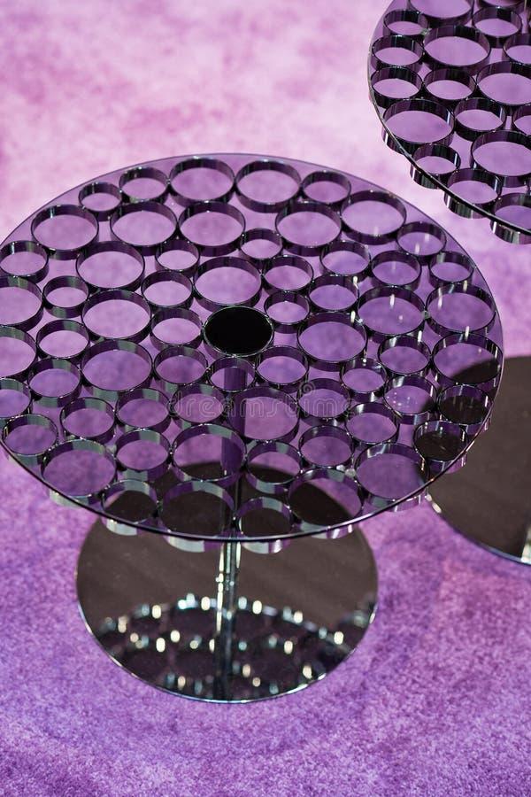 现代设计与紫色地毯的咖啡桌 库存照片