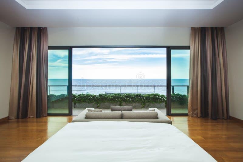 现代设计卧室内部海景视图 免版税库存照片