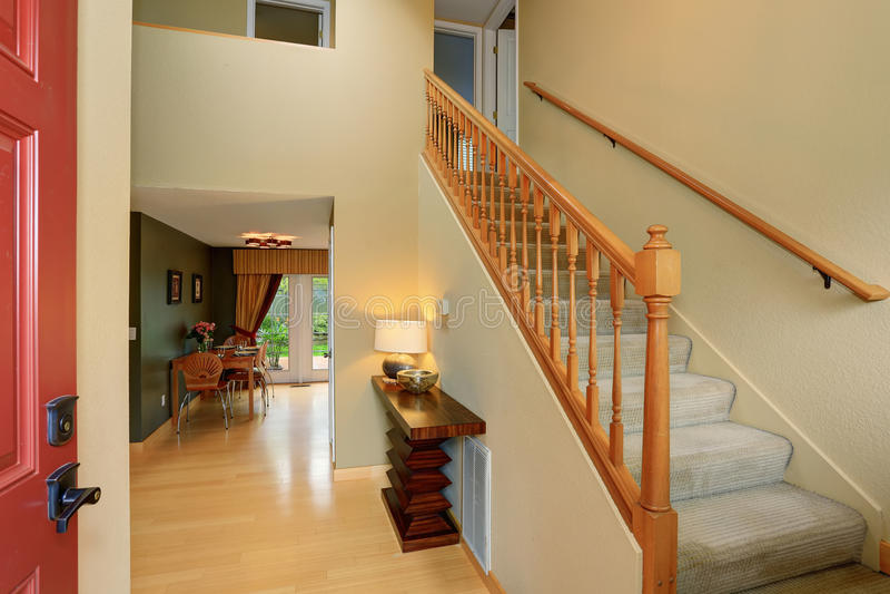现代词条方式回家与地毯楼梯 免版税库存照片