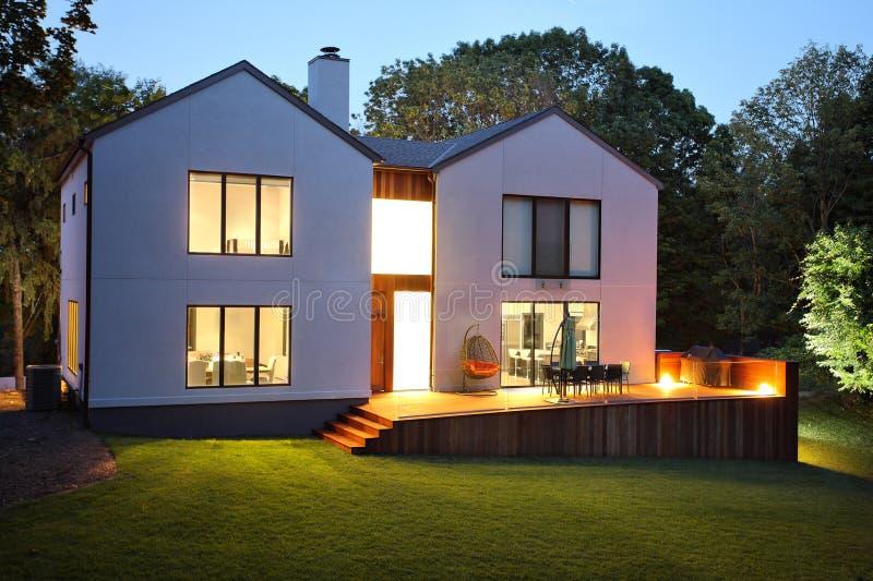 现代豪华房子和庭院 库存图片