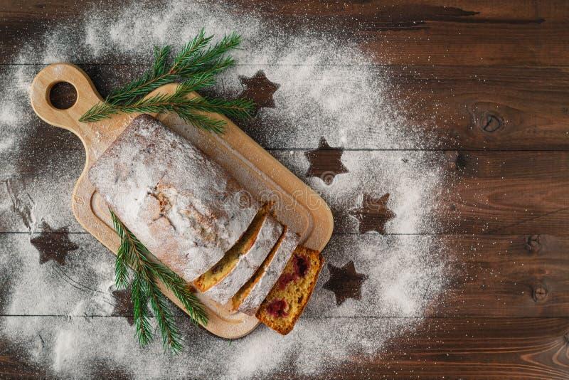 现代酥皮点心cruffins,象新月形面包和松饼用糖p 图库摄影