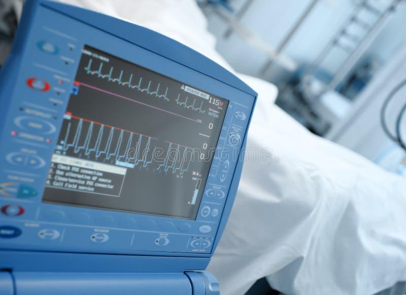 现代重症监护病房显示器在patie的床的旁边临床病区里 库存图片
