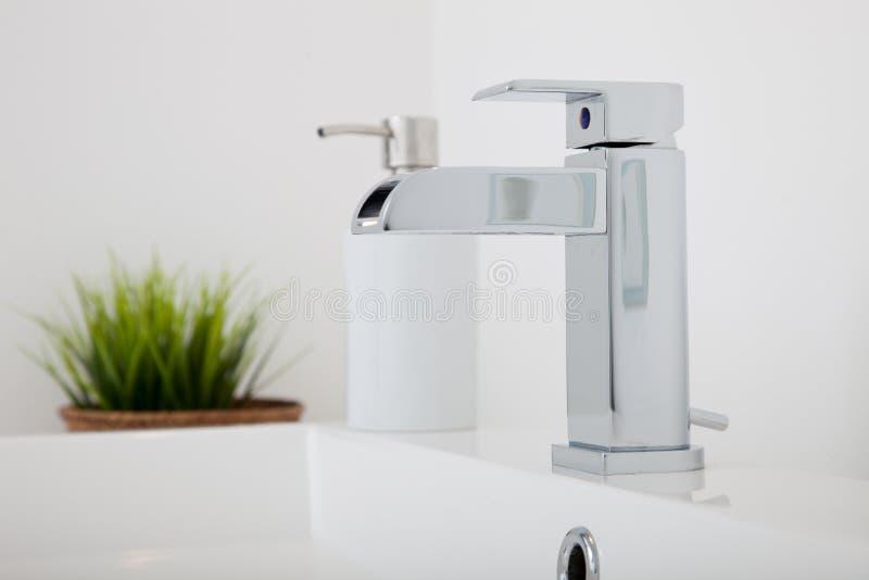 现代镀铬物金属轻拍配件在卫生间里 免版税图库摄影