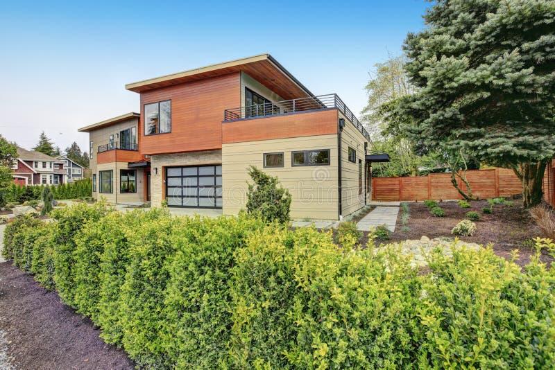 现代风格家在bellevue. 天空, 房子.
