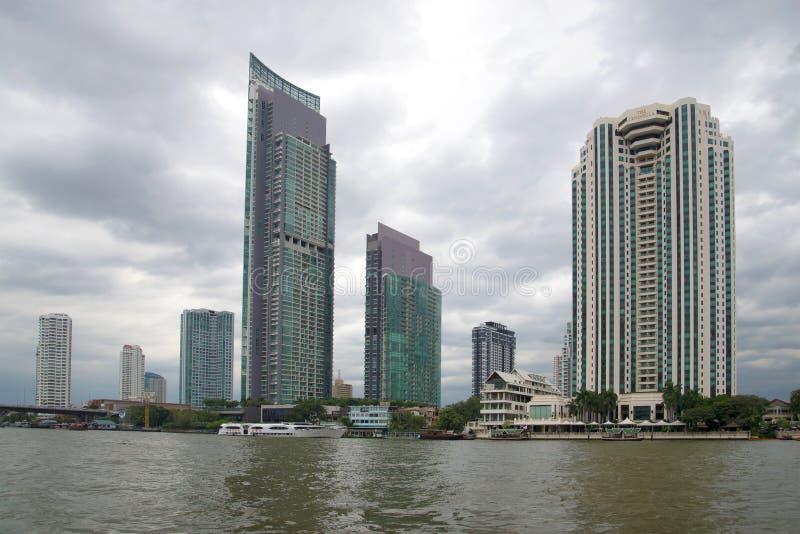 现代高层建筑物看法在晁Phraya阴沉的多云天的河边的 曼谷,泰国 免版税库存照片