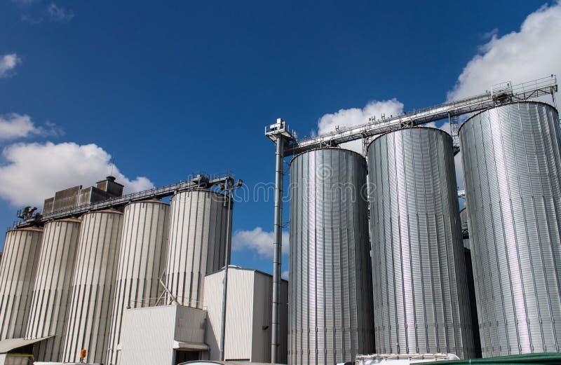 现代麦子磨房筒仓  免版税库存图片